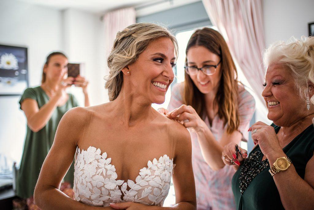 claves reportaje de boda- Novia vistiéndose-Pepa Málaga Fotografia 6